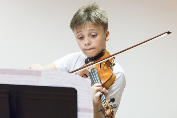 Īpašā kamermūzikas koncertā LNO uzstāsies viens no Latvijas brīnumbērniem – vijolnieks Daniils Bulajevs
